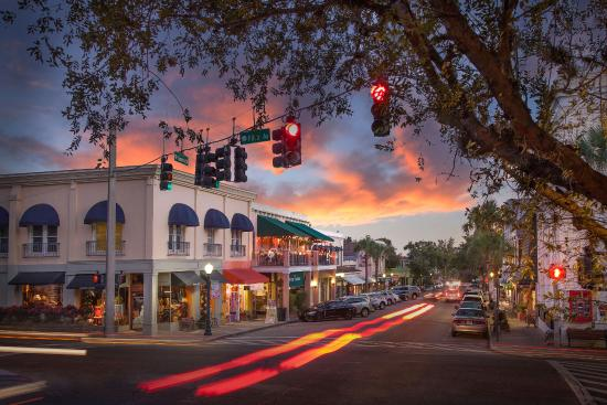 a beautiful lakeside sunset awaits guests as they enjoy a shopping visit after the royal pizza express train tour during an original orlando tours visit to historic mount dora florida
